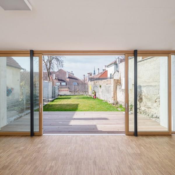 Glasschiebetür holt den Garten ins Wohnzimmer / ©Andreas Buchberger