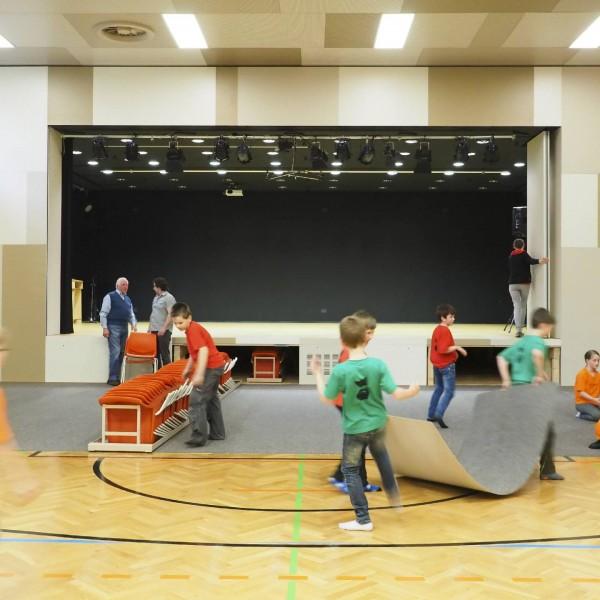 ©Heinz Schmölzer / Schulgebäude Turnsaal mit Bühne