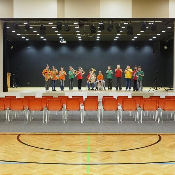 ©Heinz Schmölzer / Schulgebäude Turnsaal mit bespielter Bühne