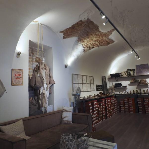©Heinz Schmölzer / Geschäftslokal mit teils freigelegtem Ziegelgewölbe