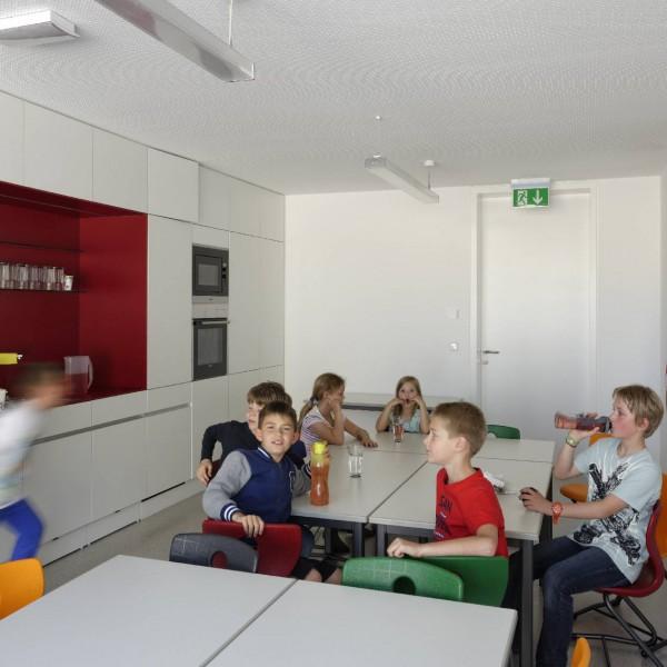 ©Walter Ebenhofer / Schulgebäude Aufenthaltsraum mit Küche