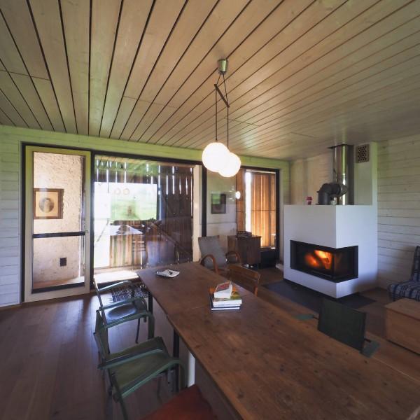 ©Heinz Schmölzer / Innenansicht zentraler Wohnraum mit Kaminofen