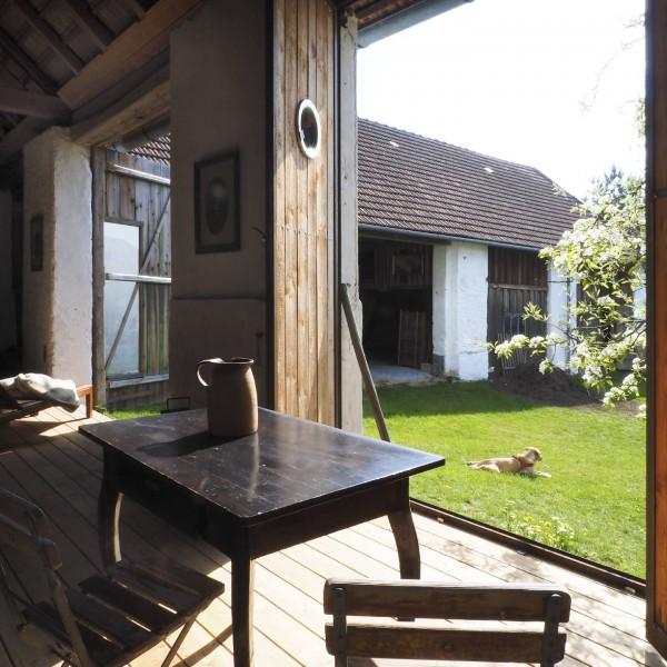 ©Heinz Schmölzer / Überdachte Terrasse mit Blick zum Innenhof