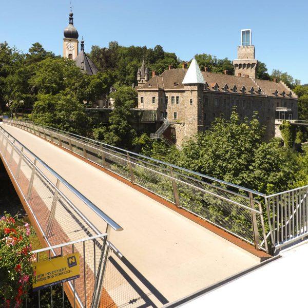 ©Heiz Schmölzer / Schlosssteg im historischen Umfeld