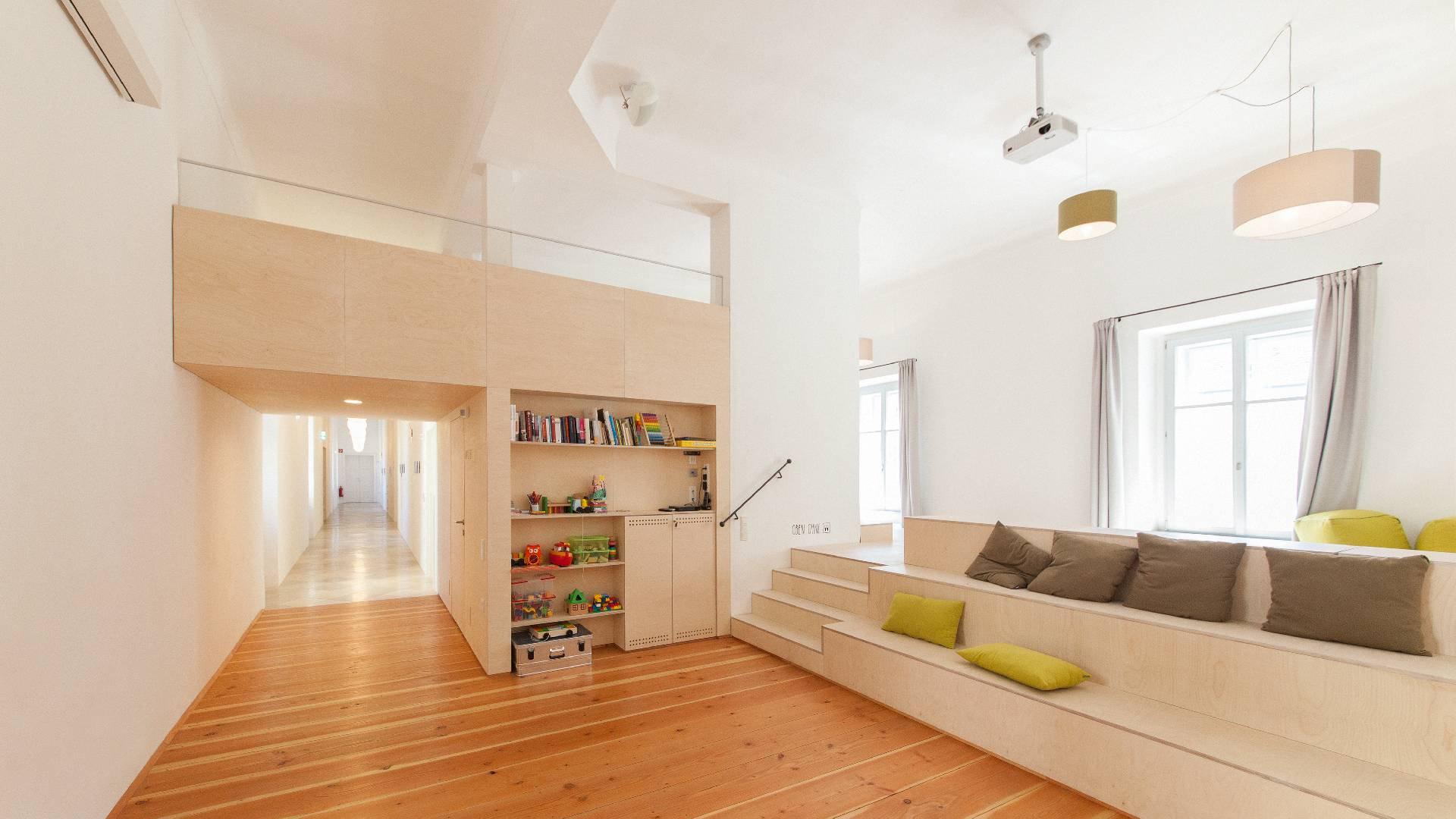©Romana Fürnkranz / Gemeinschaftsräume mit Sitzstufen und Bücherwand