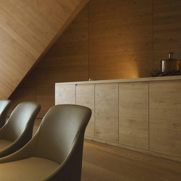 ©Heinz Schmölzer / Innenansicht - in Bezug zu den Fässern in denen der Wein reift, wurde der Innenraum mit Eiche ausgekleidet
