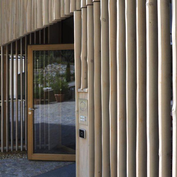 ©Heinz Schmölzer / Außenansicht - Holzlamellen mit ungeschnittener Außenkante schaffen ein lebendiges Fassadenbild