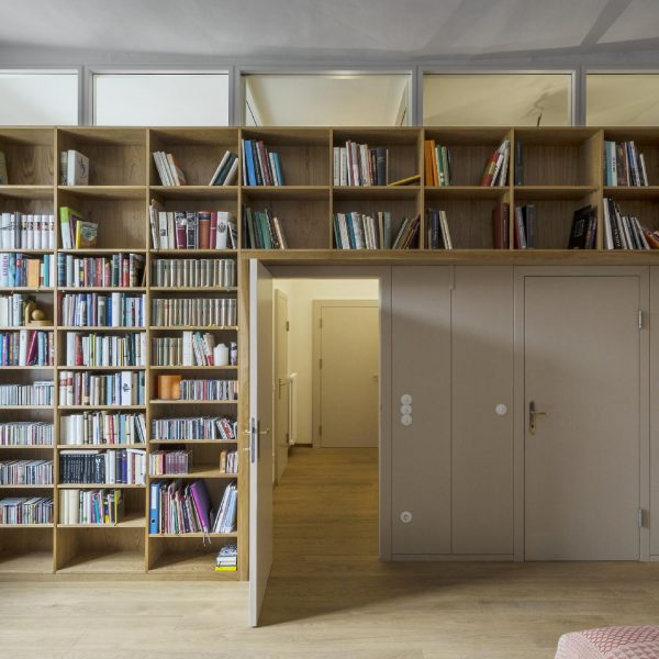 ©Pez Hejduk / raumhohes Bücherregal mit Oberlichtband