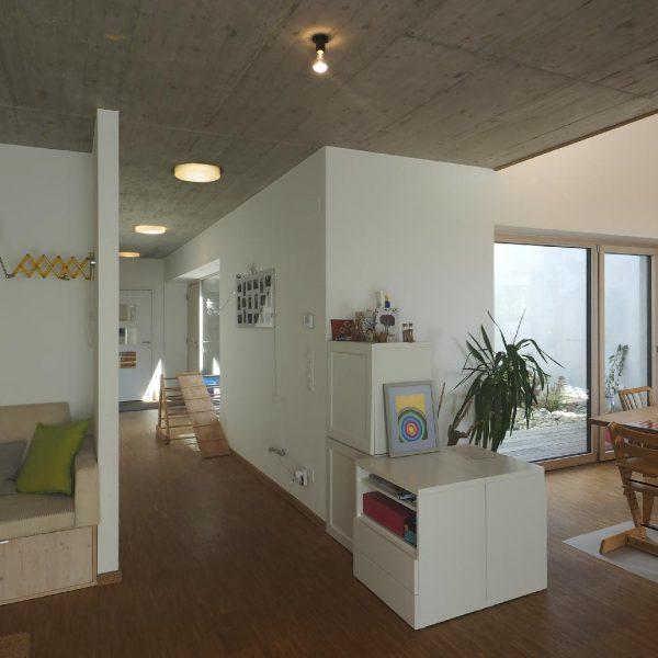 ©Heinz Schmölzer / Innenansicht Wohnbereich mit Sichtbetondecke