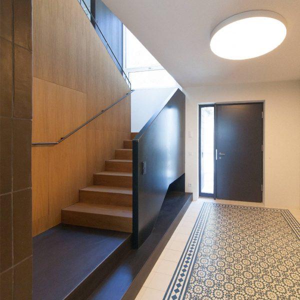 ©Romana Fürnkranz / Eingang mit Stiegenaufgang in das Wohngeschoß