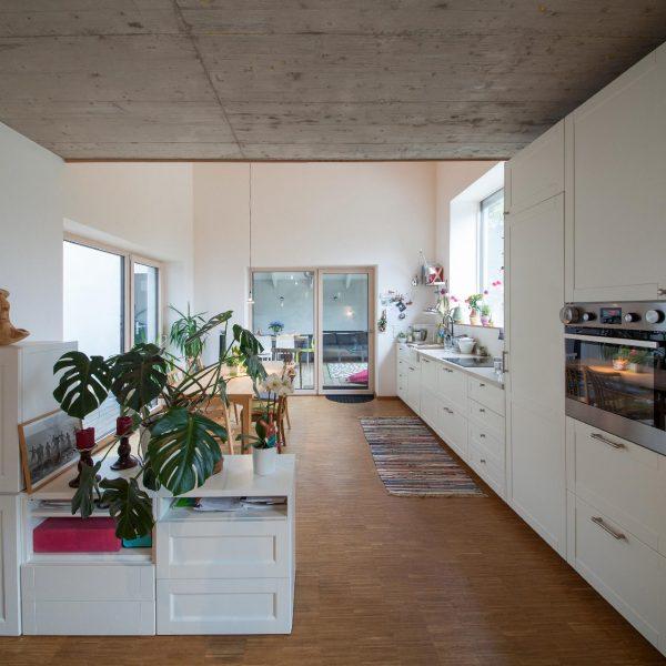 ©Romana Fürnkranz / Durchblick vom Wohnbereich in die unbeheizte Gartenlaube