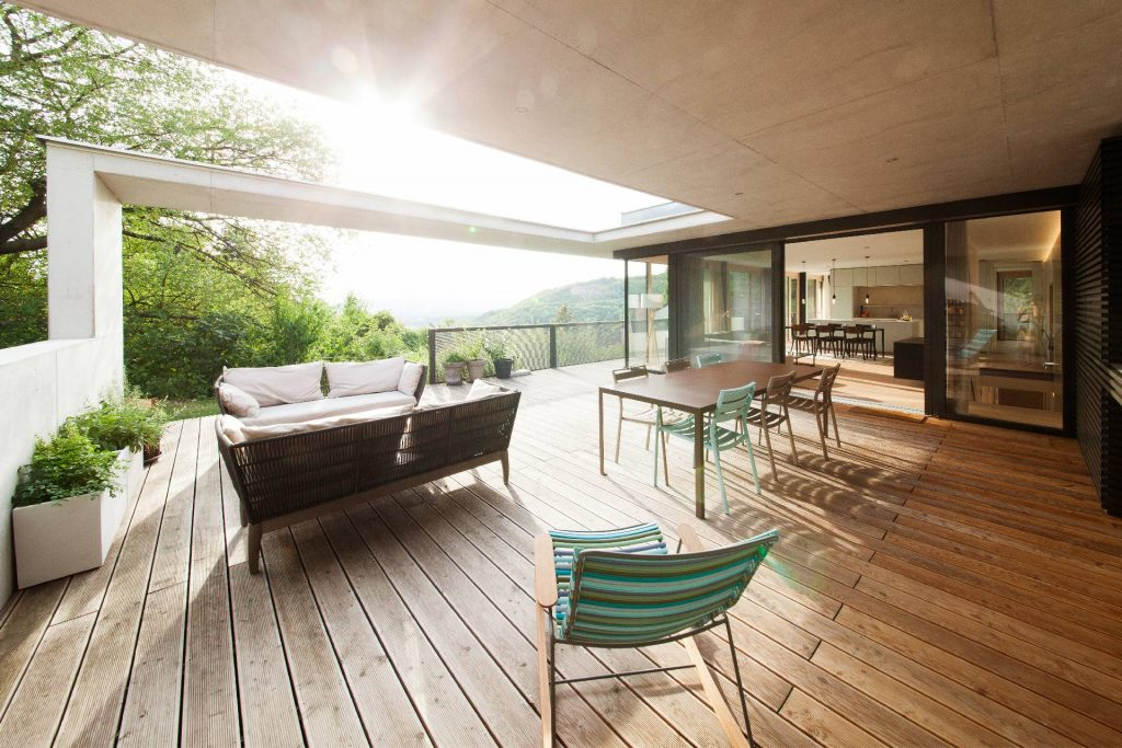 ©Romana Fürnkranz / Teilüberdachung der Terrasse mit Ausblick
