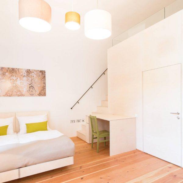 ©Markus Fattinger Architekturfotografie / Innenansicht Zimmer mit Galerieebene