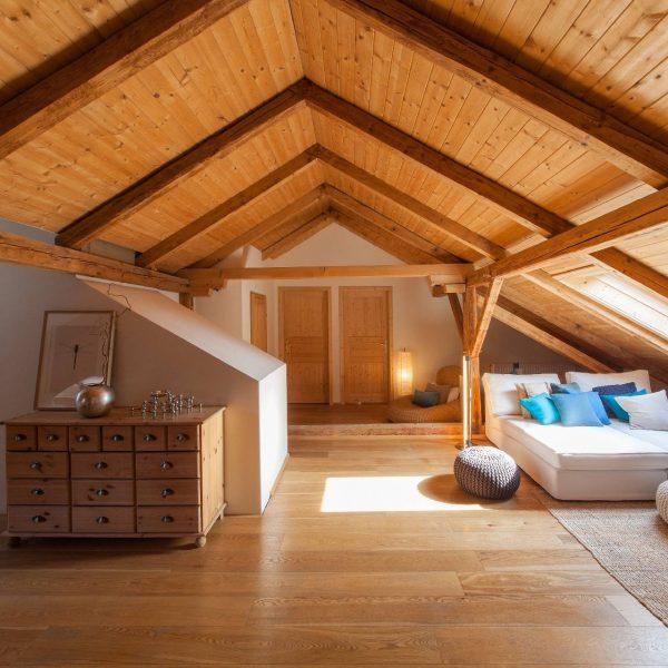 ©Romana Fürnkranz / Dachbodenausbau mit sichtbar gebliebenem Holzgespärre