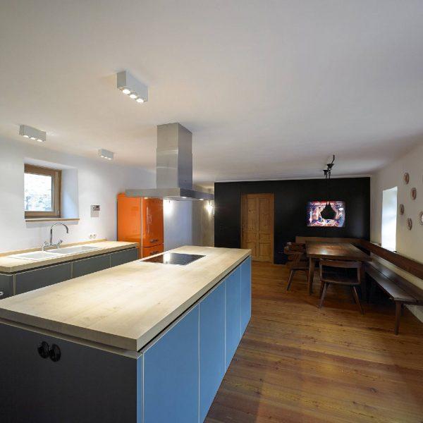 ©Wolf Leeb / das große Küchenpult erinnert an einen typischen Bauernofen