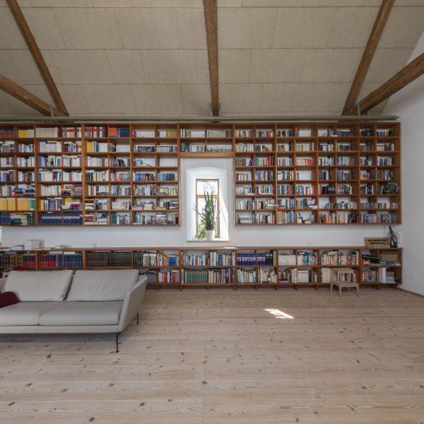 ©Romana Fürnkranz / Innenansicht mit raumhoher Bücherwand