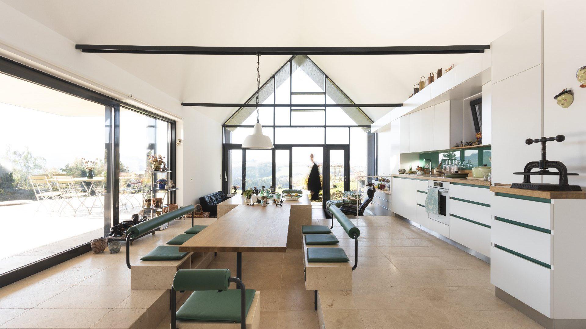 ©Arch. Flatz / Innenansicht abgesenkter Sitzbereich im offenen Wohnraum
